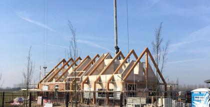 Bouwproces, de beeldbepalende houten spanten zijn geplaatst en zijn onderdeel van de constructie.
