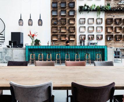 Bar vervaardigd van materialen met industriële uitstraling