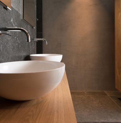 Detail wastafels in de badkamer met maatwerk meubels