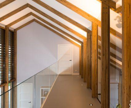 Brug boven de woonkamer met gietvloer